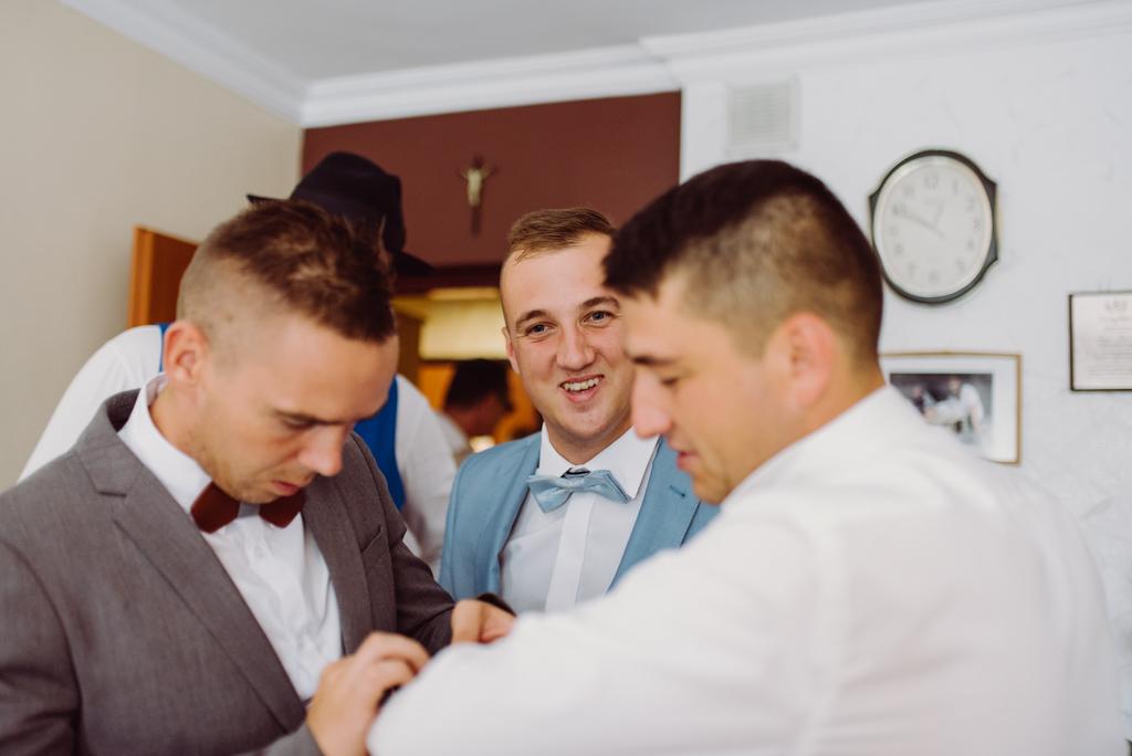slub pelen emocji piekna reakcja brata pana mlodego podczas przygotowan slubnych, flisacka gmina, flisacy na slubie i weselu w nisku, fotograf na slub stalowa wola, fotograf slubny krakow