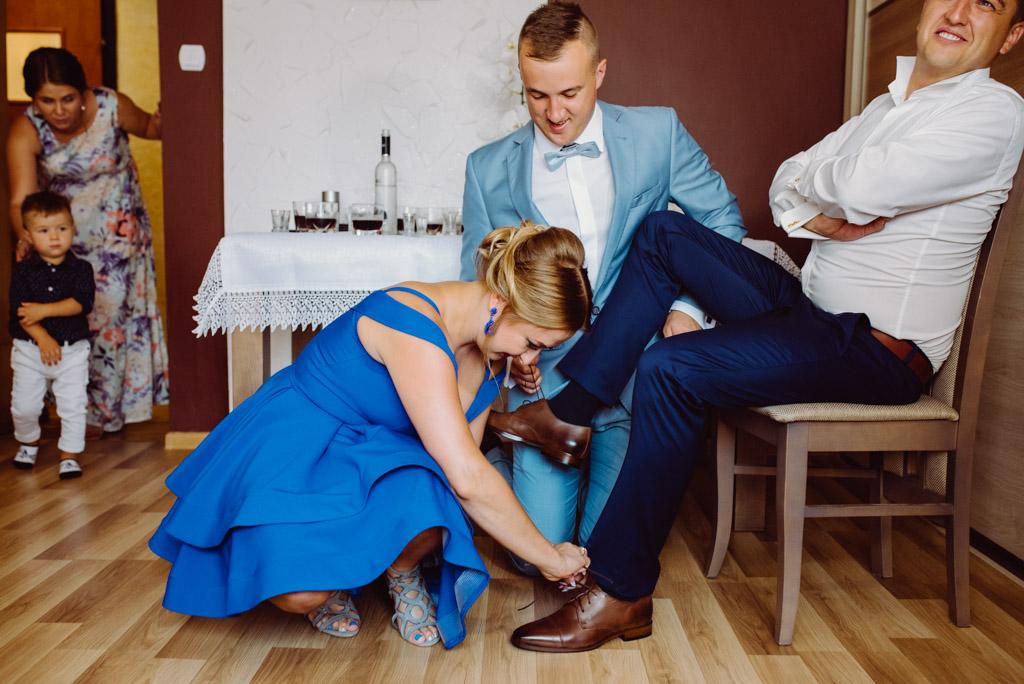 zdjecie z przygotowan slubnych wiazanie buta, flisacka gmina, flisacy na slubie i weselu w nisku, fotograf na slub stalowa wola, fotograf slubny krakow