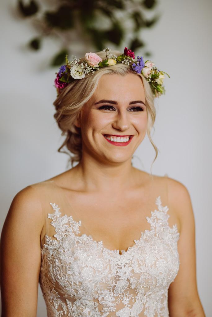 portret panny mlodej, cudny usmiech, wianek, fryzura weselna , flisacka gmina, flisacy na slubie i weselu w nisku, fotograf na slub stalowa wola, fotograf slubny krakow